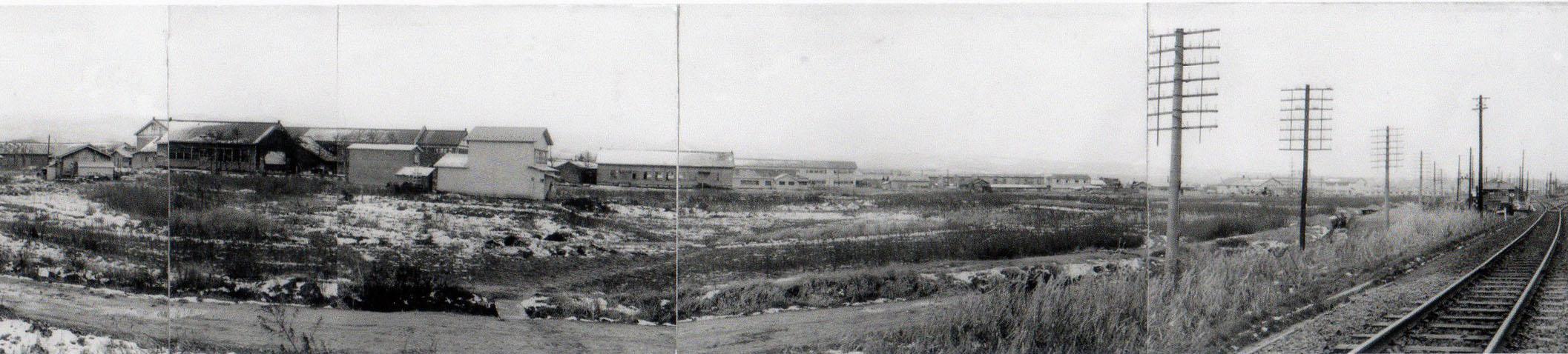 右側には旧浦町駅、左側の建物は松原中学校(阿部秀正氏撮影)
