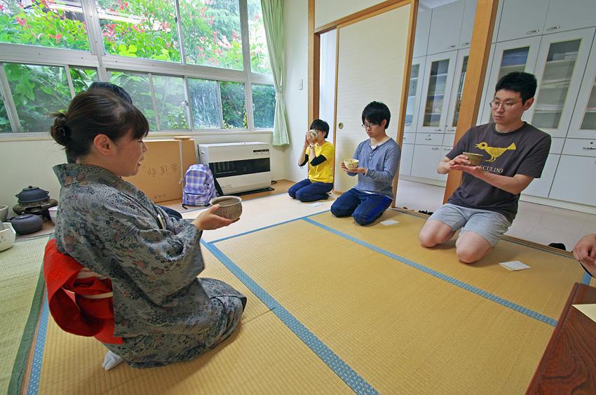 写真7 茶道部に参加して茶道体験