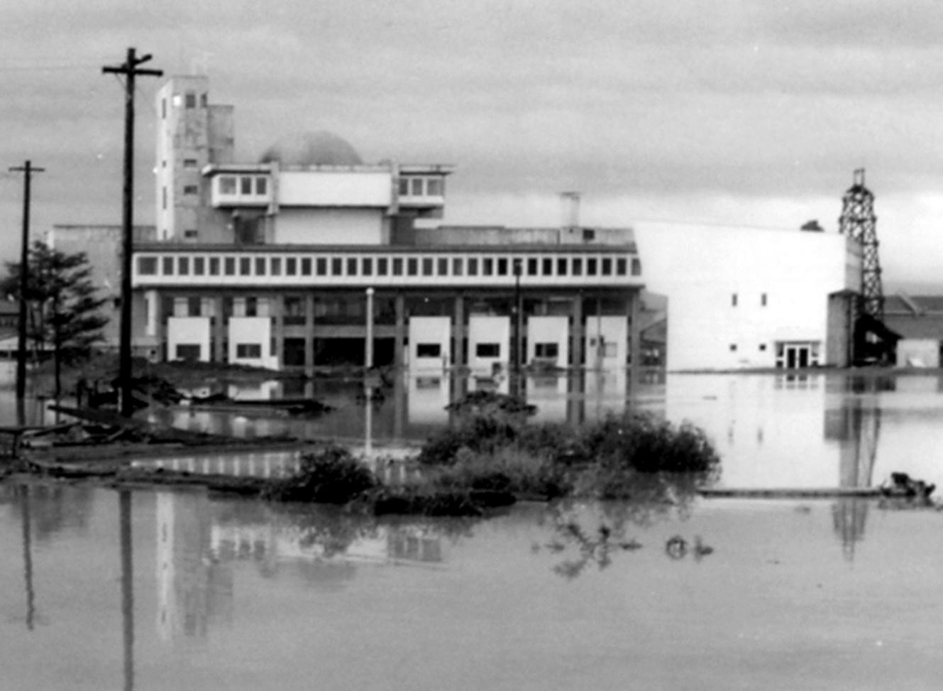 洪水に見舞われた青森市の中央市民センター(左)と勤労青少年ホーム(右)=昭和44年8月、阿部秀正氏撮影