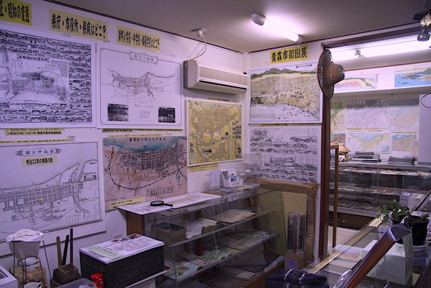 寛永から昭和までの市街図を展示しています。