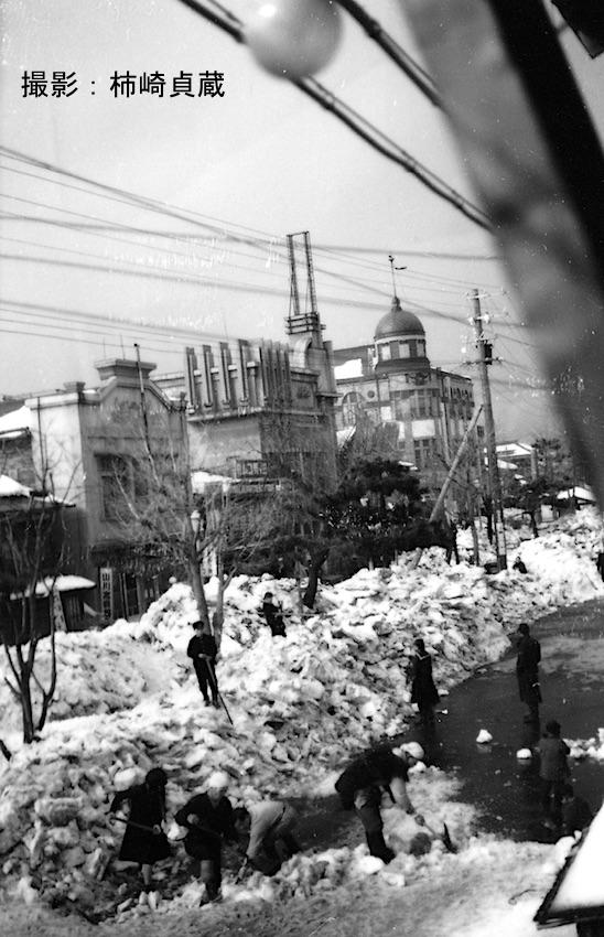 昭和10年代の青森市柳町通りの雪切り風景