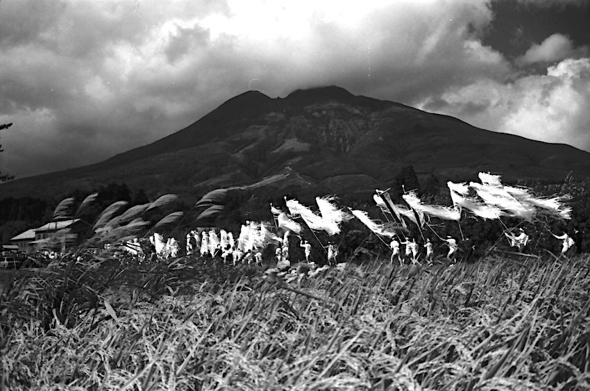 昭和40年代半ばのお山参詣の行列(藤巻健二氏撮影)