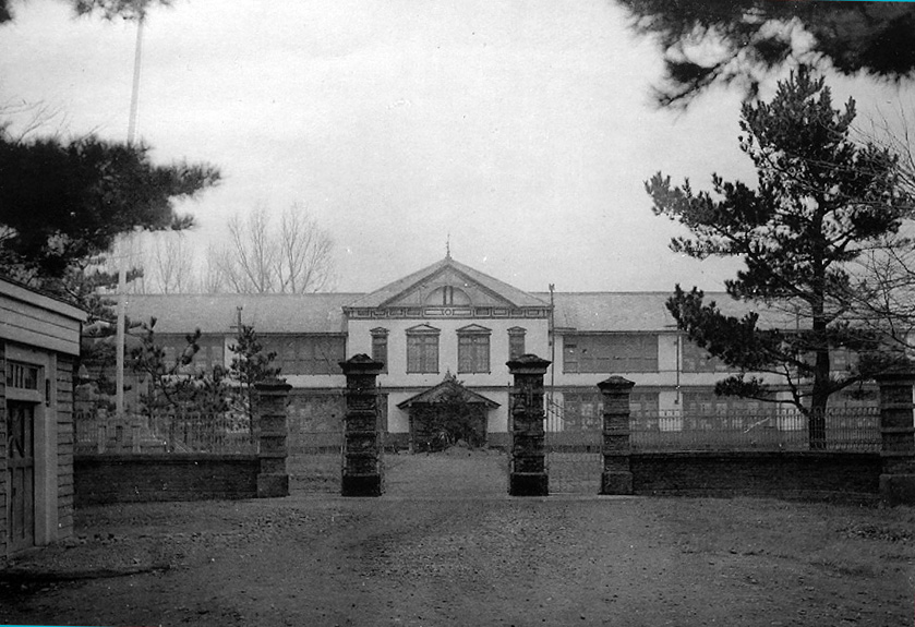1934(昭和9)年の青森中学校正面。校門右側の樹木が「三中の松」(青森中学校45期生記念誌より)