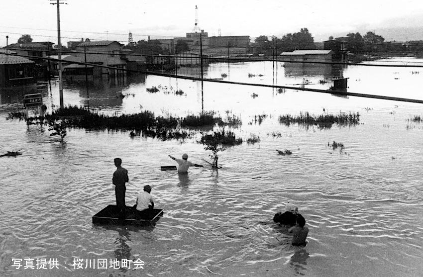 昭和44年の桜川団地大洪水 旧青森銀行桜川支店前 正面奥に青森放送が見える