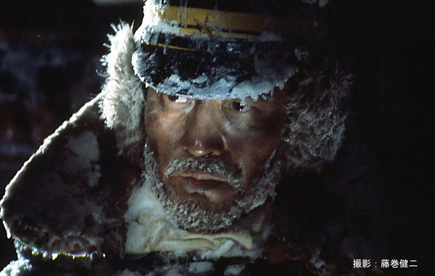 極寒での撮影を思わせる徳島大尉(高倉健)の姿