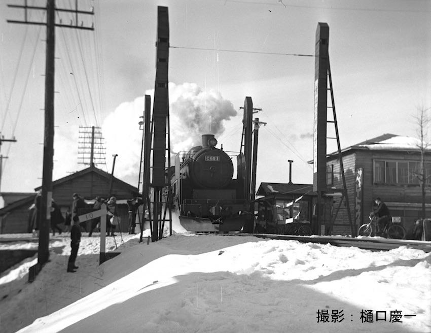 昭和29 浦町駅を発車した東北本線上り旅客列車 堤川手動踏切でC60