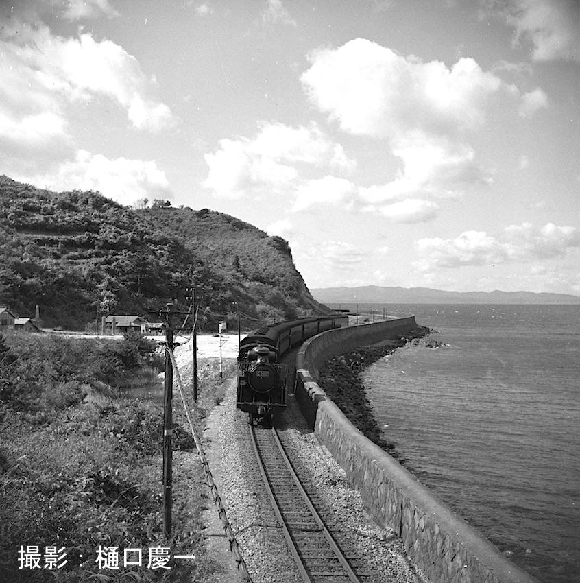昭和32年 東北本線浅虫旧線の海岸沿いを行く東北本線上り旅客列車C5181(青) 現在の浅虫バイパス