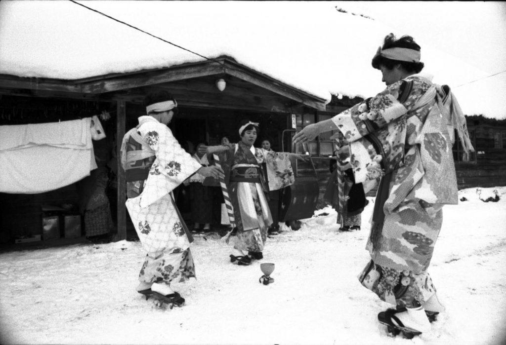 写真上:各家の前で行う餅付き踊り
