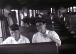生徒の学帽をかぶる佐藤先生(昭和30年代中頃)